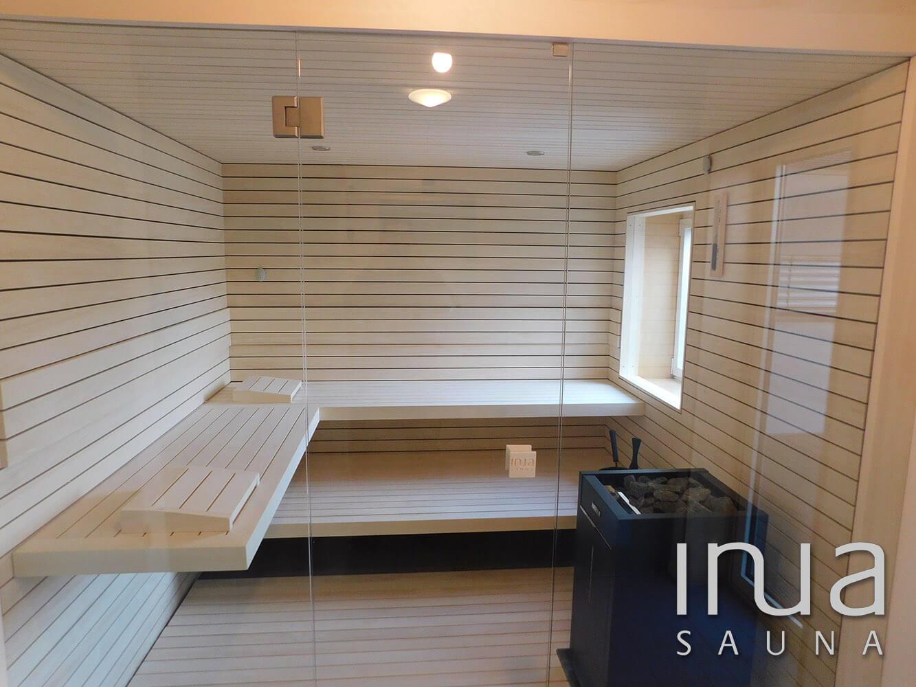 A szauna belső burkolata natúr nyárfából készült Inua panelrendszer, kívül is ezt a remek szauna építő anyagot használtuk.