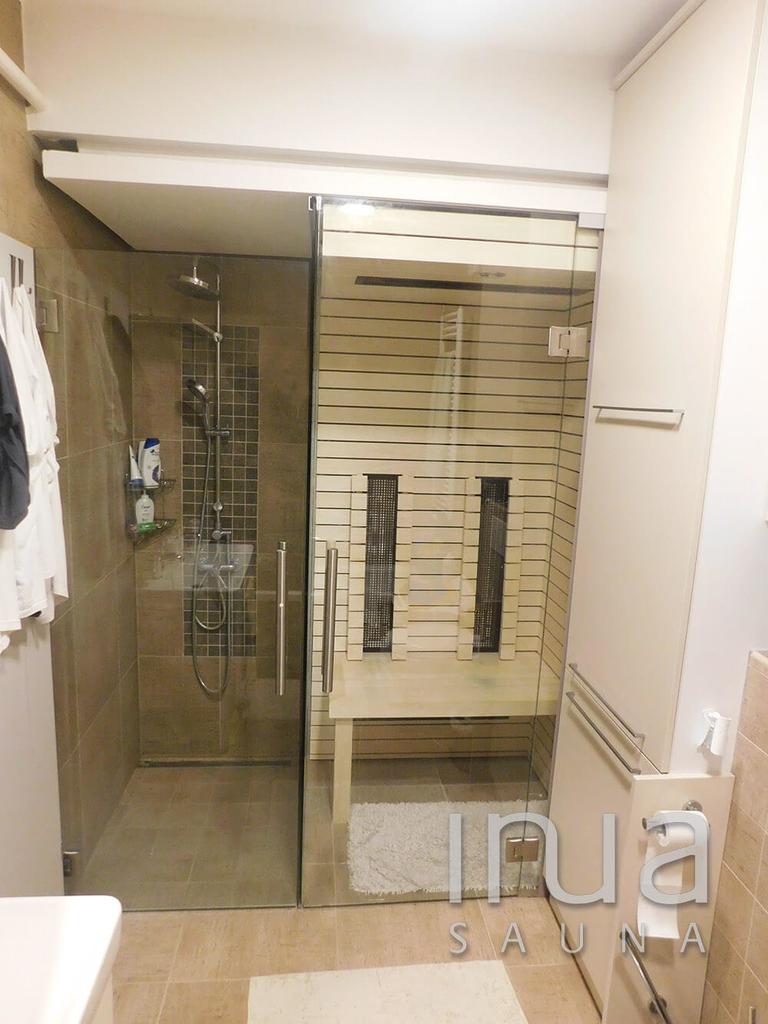 A szaunával együtt kialakításra került egy elválasztó üvegfal, illetve egy üvegajtó a zuhanyzóhoz.