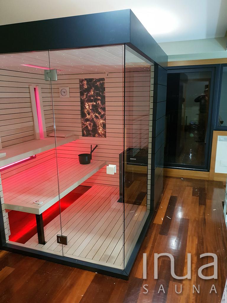 A belső burkolat natúr nyárfából készült Inua Panelrendszer.