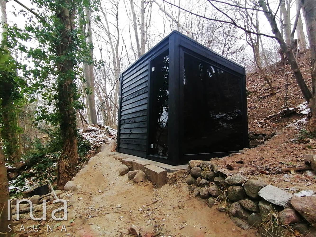 Egy dombvidékes erdei hangulat mélyére telepített kültéri kombinált szauna.