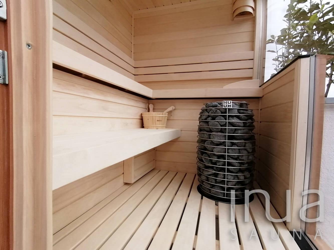 A megfelelő hőfokról egy Huum Hive szaunakályha gondoskodik.