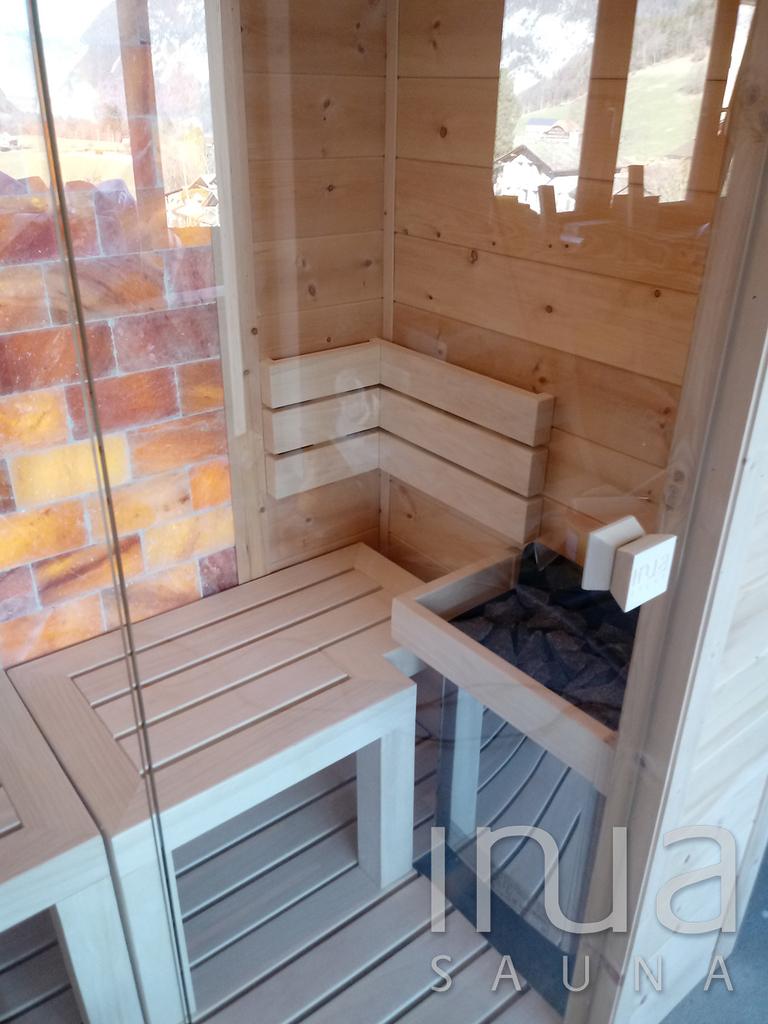 A szaunába beépítésre került közel 1 m2 himalájai sótéglafal is, kiegészítve egy sópárásító berendezéssel.