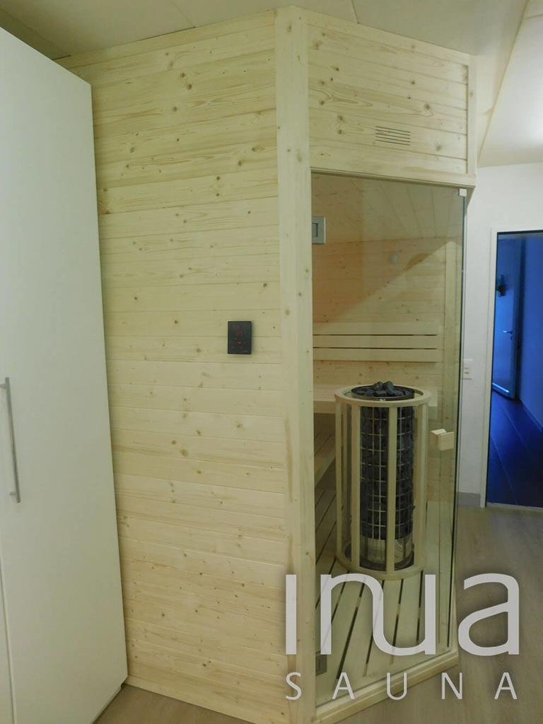 A szauna belső és külső burkolata egyaránt fenyőből készült, míg a padokat finn rezgőnyárfa felhasználásával gyártottuk.