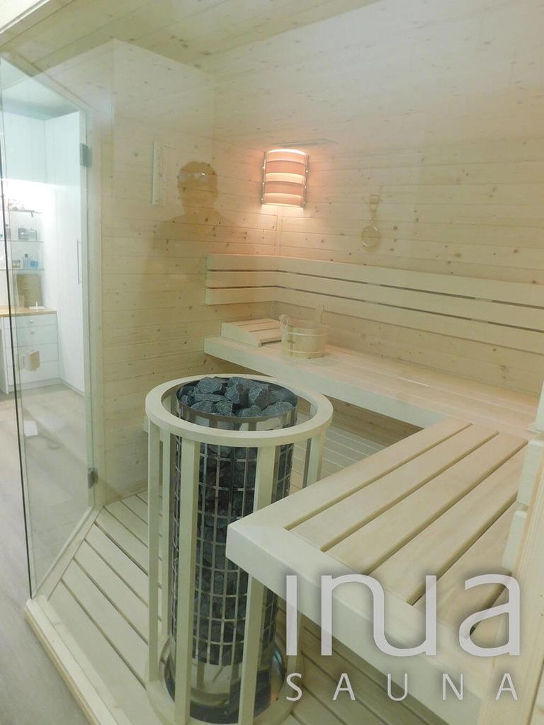A szauna megfelelő hőmérsékletéért egy Harvia Cilindro toronykályha felel.