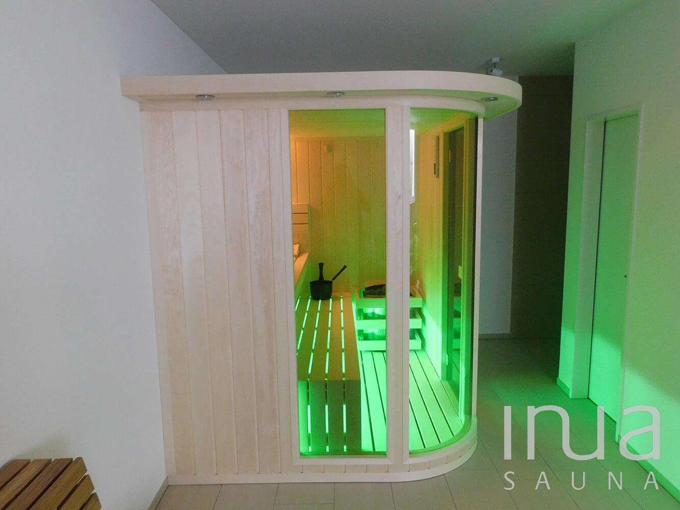 Egyedi ívelt üveges kialakítású beltéri szauna. | Inua Szauna Kft.