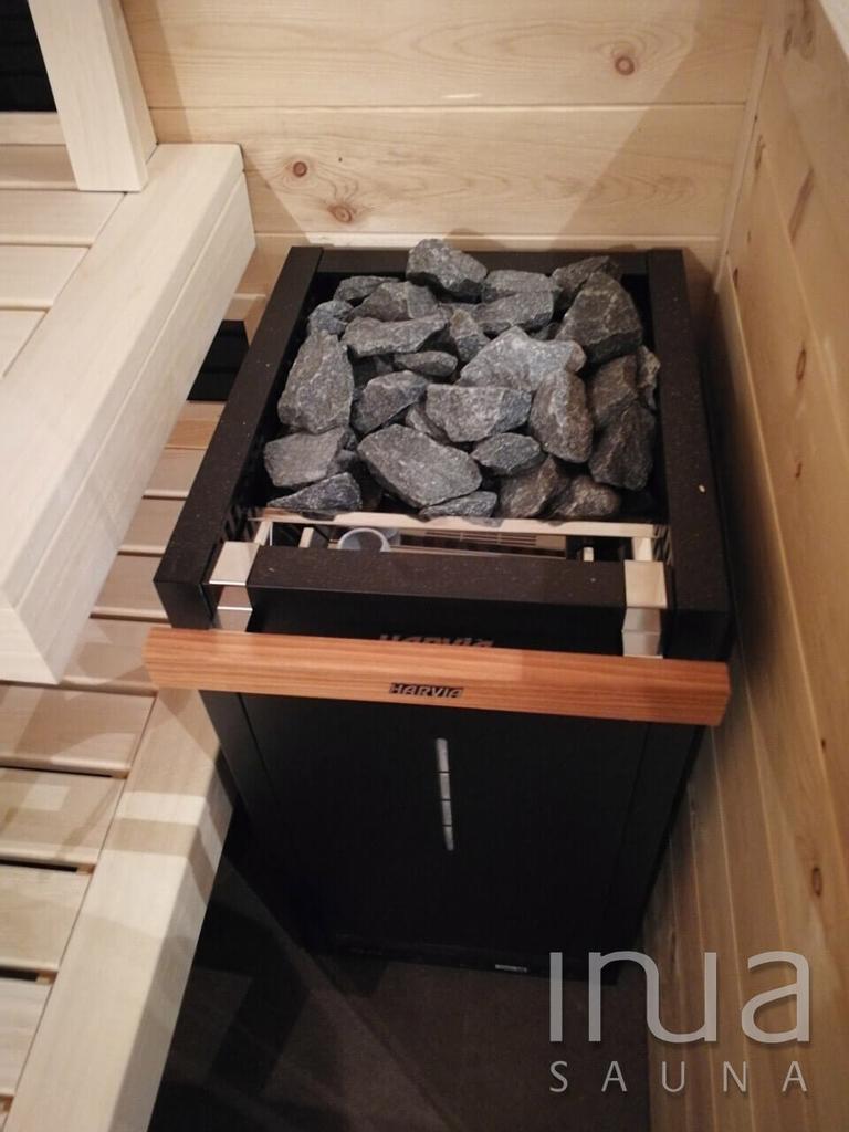 A szauna padjai finn rezgőnyárfából készültek, az ajtó pedig küszöb nélküli megoldással lett gyártva.