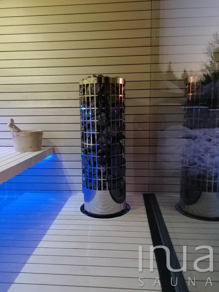 A megfelelő hőfokról egy Harvia Cilindro 11 kW-os szaunakályha gondoskodik.
