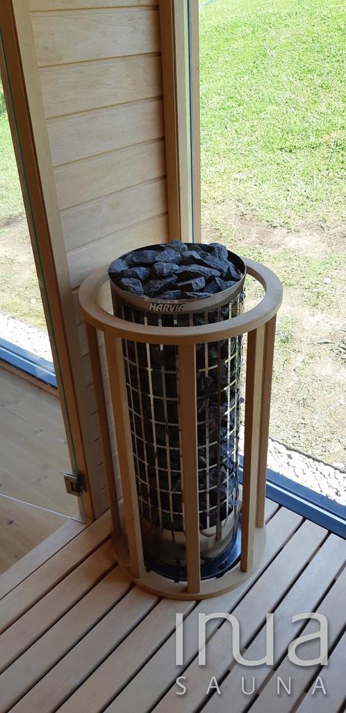 A téli használatra való tekintettel a szaunaház pihenőhelységében két infrapanel került felhelyezésre.