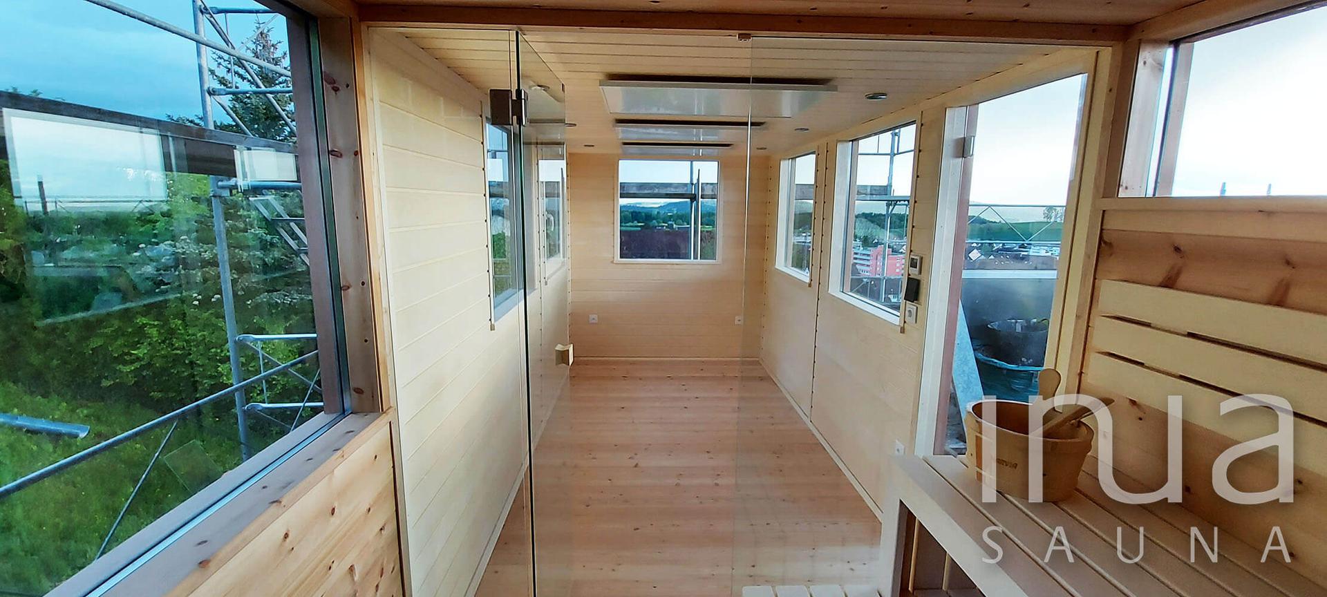 Egyedi kültéri finn szauna egy társasház tetőteraszán.