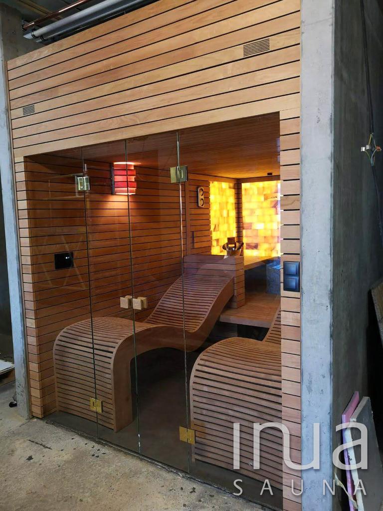 A 4 m2 sófal impozáns látványt nyújt a LED háttérvilágításnak köszönhetően.
