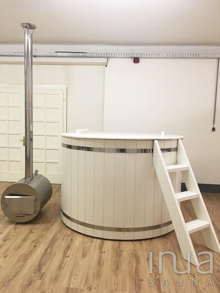 Fehérre festett borovi fenyőből készült 202cm átmérőjű fürdődézsa, külső kályhával, gravitációs vízkeringetéssel. | Inua Szauna Kft.