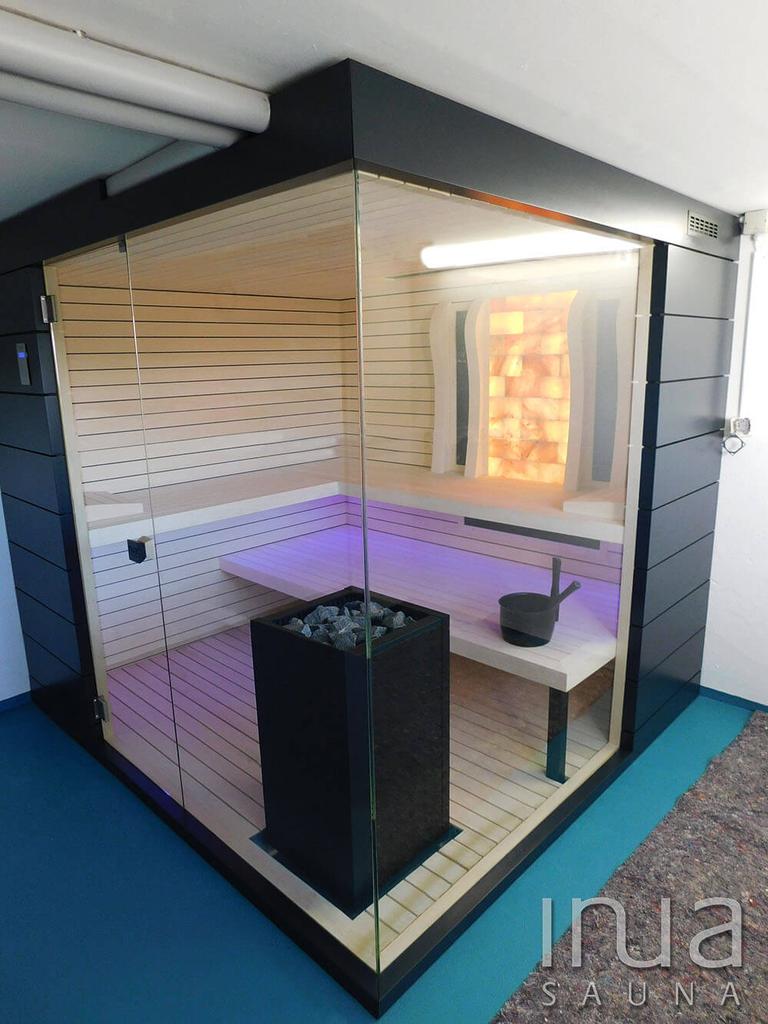 Inua belső burkolattal gyártott beltéri kombinált szauna Harvia Virta szaunakályhával, Dr. Fischer Vitae infratechnológiával és himalájai sófallal, LED világítással.