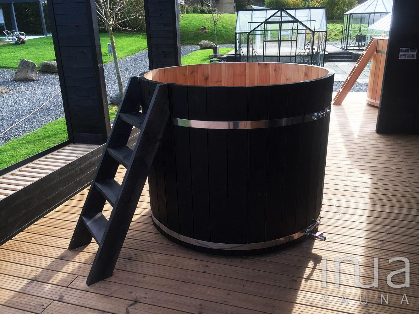 Feketére festett borovi fenyőből készült 152cm átmérőjű fürdődézsa, külső kályhával, gravitációs vízkeringetéssel. | Inua Szauna Kft.