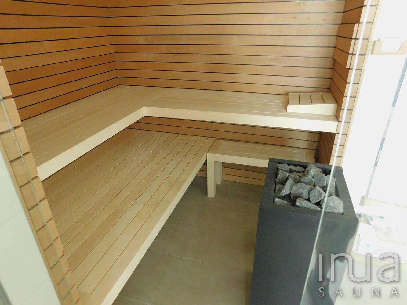 INUA panelrendszerrel kialakított beltéri finn szauna rezgő nyárfa padozattal, Harvia Virta szaunakályhával. | Inua Szauna Kft.