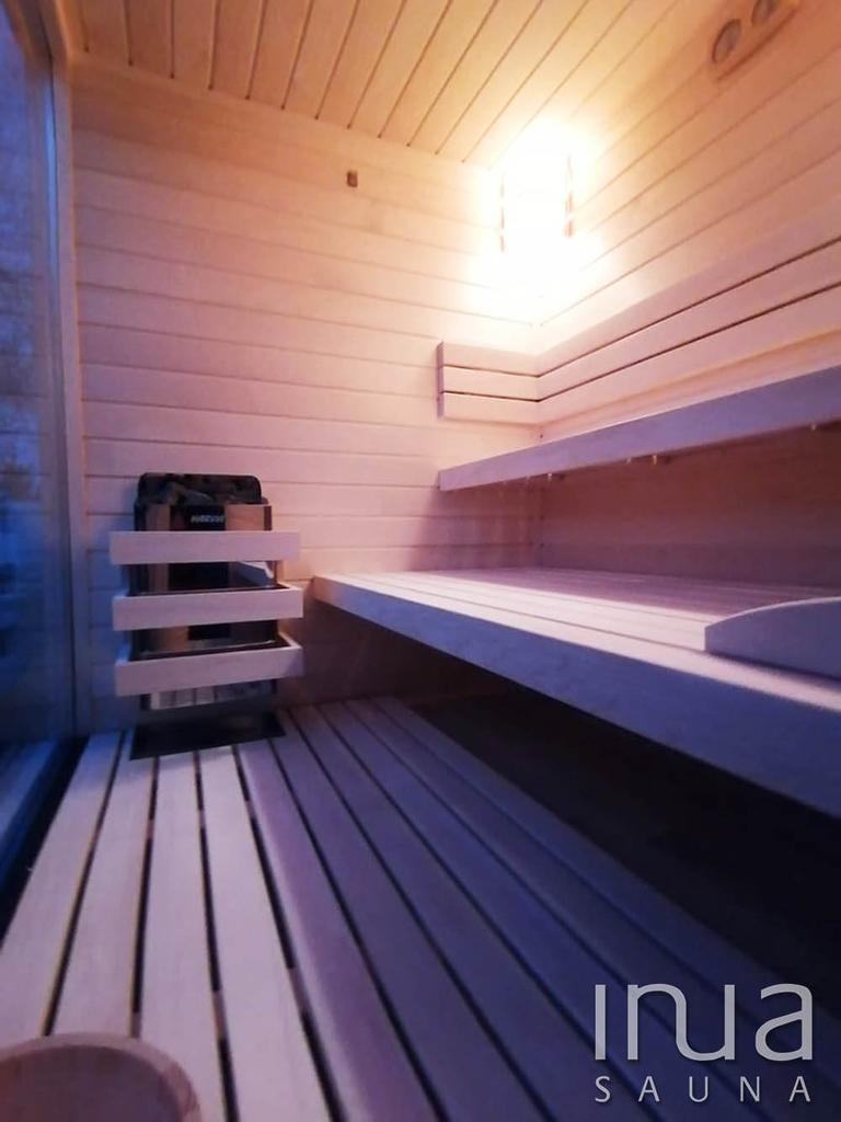 A belső burkolat, padok, háttámla és lábrács finn rezgőnyárfából készültek.