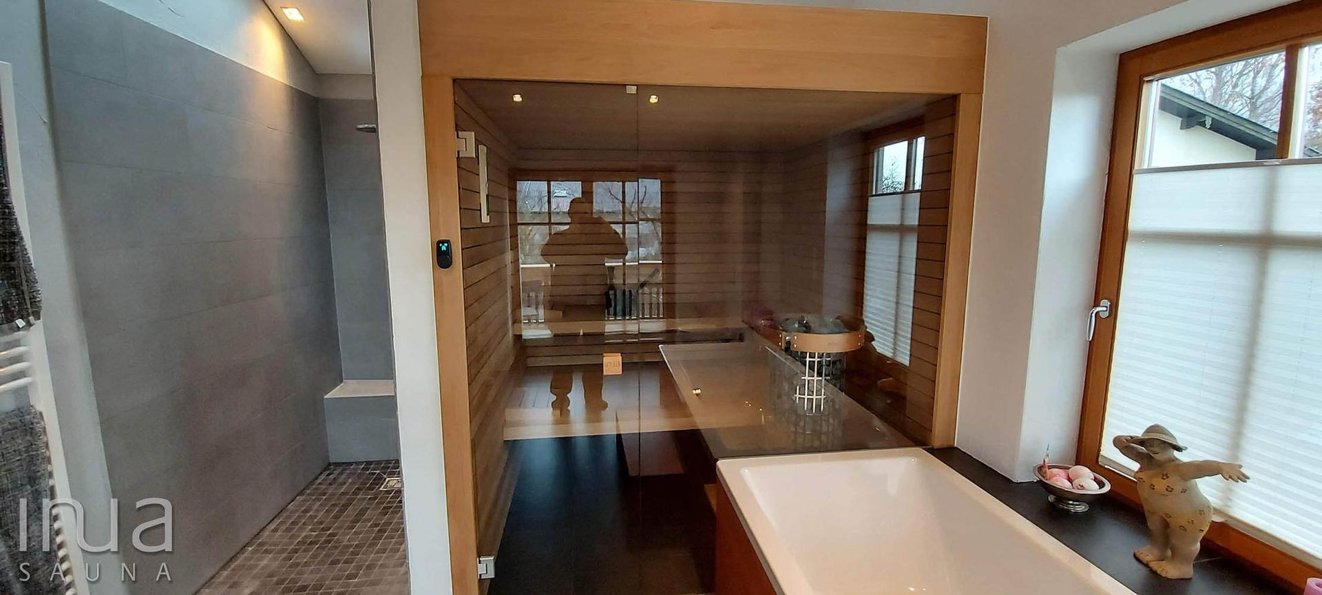 A szauna belső borítása thermowood nyár faanyag, Inua panelrendszer kivitelben.
