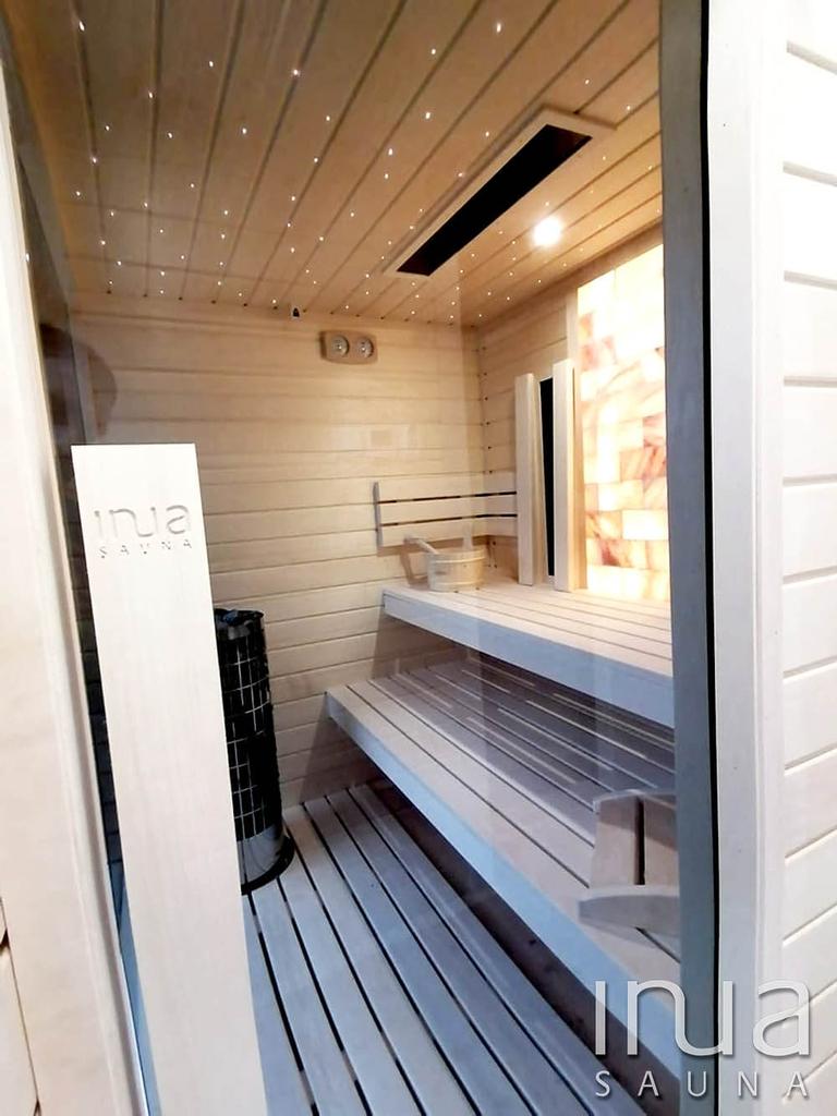Ez a kültéri kombinált szauna egy családi házhoz lett hozzáépítve, biztosítva a bejárást mind a lakásból, mind pedig a teraszról.