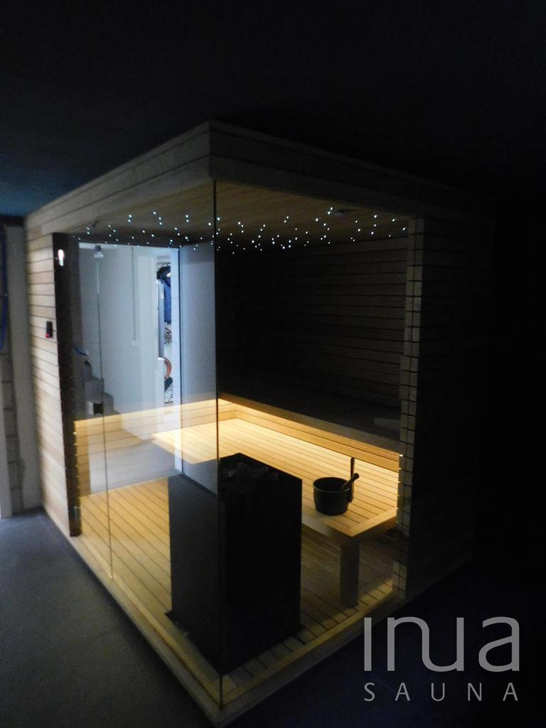 A szauna padjai alatt indirekt meleg fehér színű LED világítás található, míg a mennyezetbe csillagos égbolt került beszerelésre.