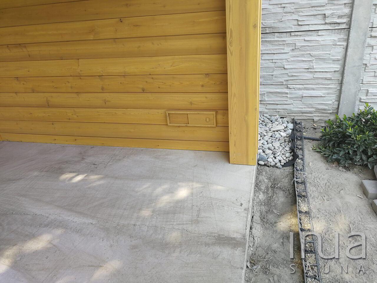 Egy korábbi elégedett megrendelőnk egy újabb kéréssel fordult hozzánk, miszerint az udvarát bővíteni szeretné egy olyan faházzal, ahol felhőtlenül kikapcsolódhat a családjával.