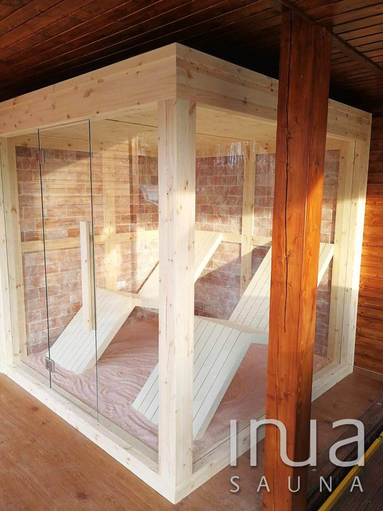 A kabin külső és belső burkolata táblásított borovi fenyőből készült.
