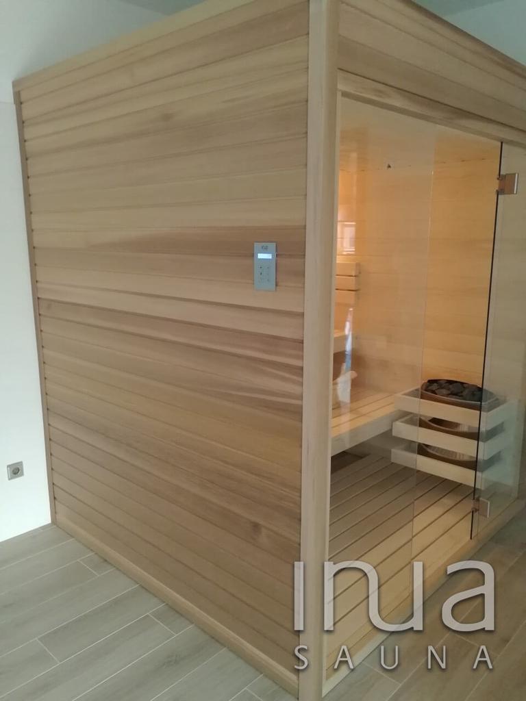 Egyedi gyártású beltéri kombinált szauna finn rezgőnyárfa belső burkolattal, és padokkal.