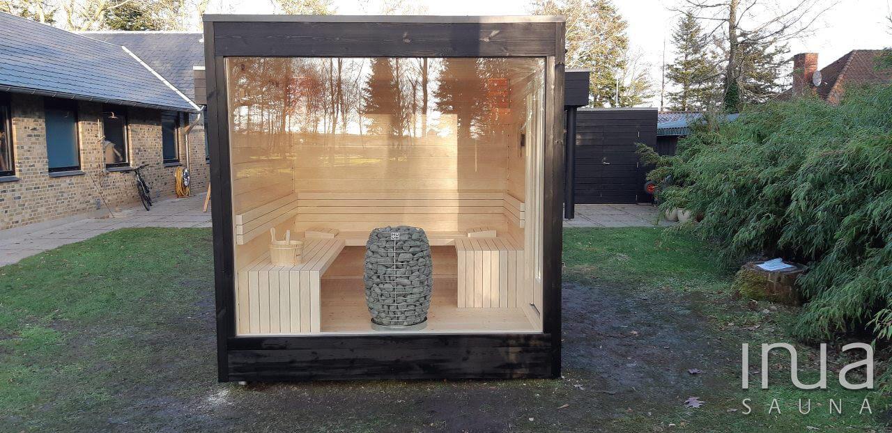 Egy újabb Inua Baldur szaunánk került letelepítésre Dániában. A szauna külső burkolata fekete festékkel felületkezelt fenyő lambéria, míg a teljes belső finn rezgőnyárfával fedett, a padok is ebből az