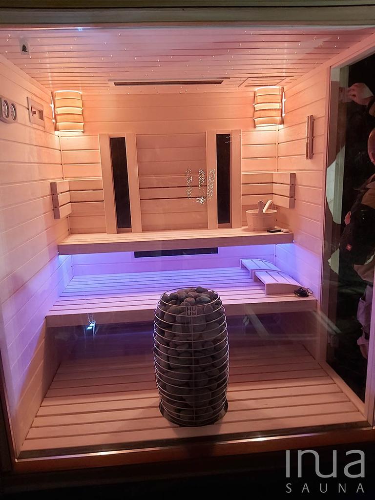 Egy HUUM Hive szaunakályhával felszerelt kombinált kültéri szauna, amely Dr. Fischer infra panelekkel teszi teljessé a szauna élményt.