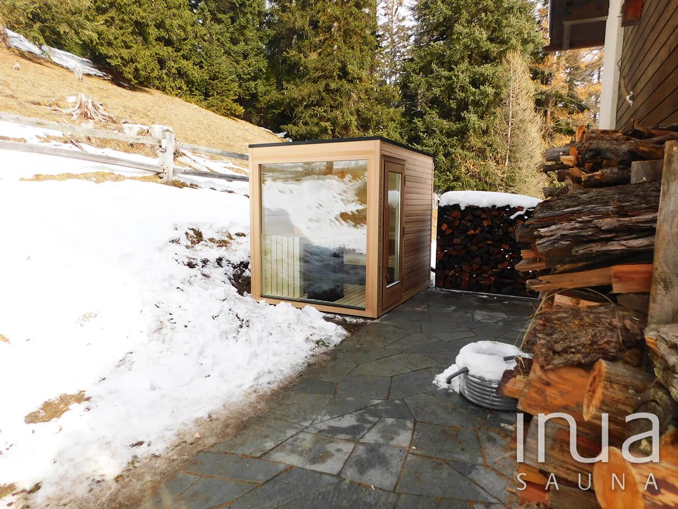 Kültéri finn szauna natúr vöröscédrus külső burkolattal. A belső falakhoz rezgőnyárfa lambériát alkalmaztunk. | Inua Szauna Kft.