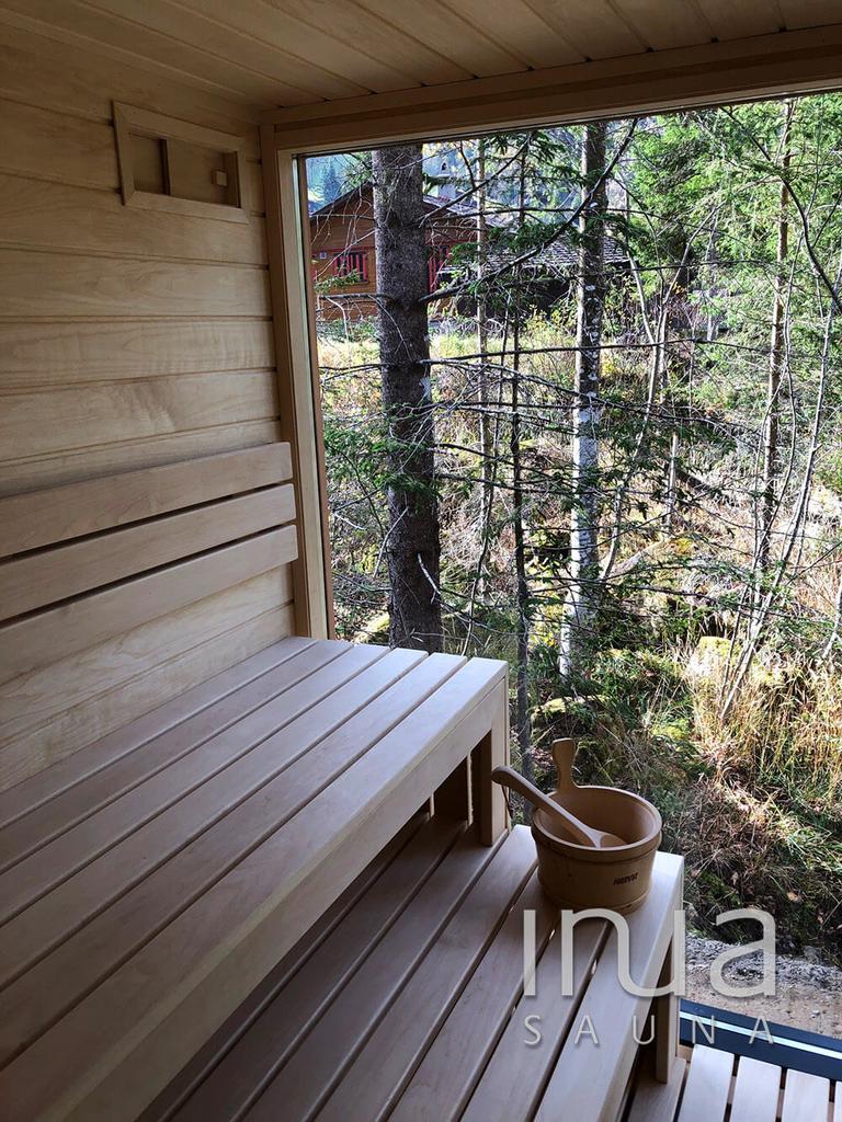 Natúr kanadai vöröscédrus külső panelezésű szaunaház pihenővel, hőszigetelt szürke üvegezéssel, és hőszigetelt ajtóval! | Inua Szauna Kft.