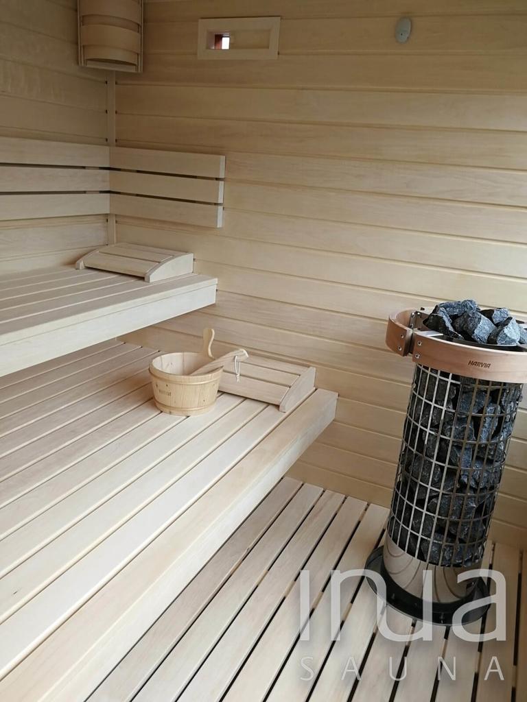 A szauna belső burkolata finn rezgő nyárfa, a padokat is ebből a kiváló szauna építőanyagból készítettük.