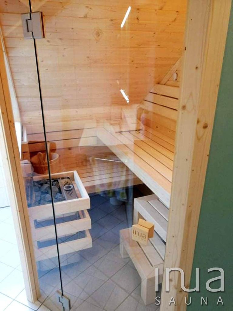 A szauna padjai, háttámlák, lábrács és egyéb kiegészítők finn rezgőnyárfából készültek, egyedi kivitelben.