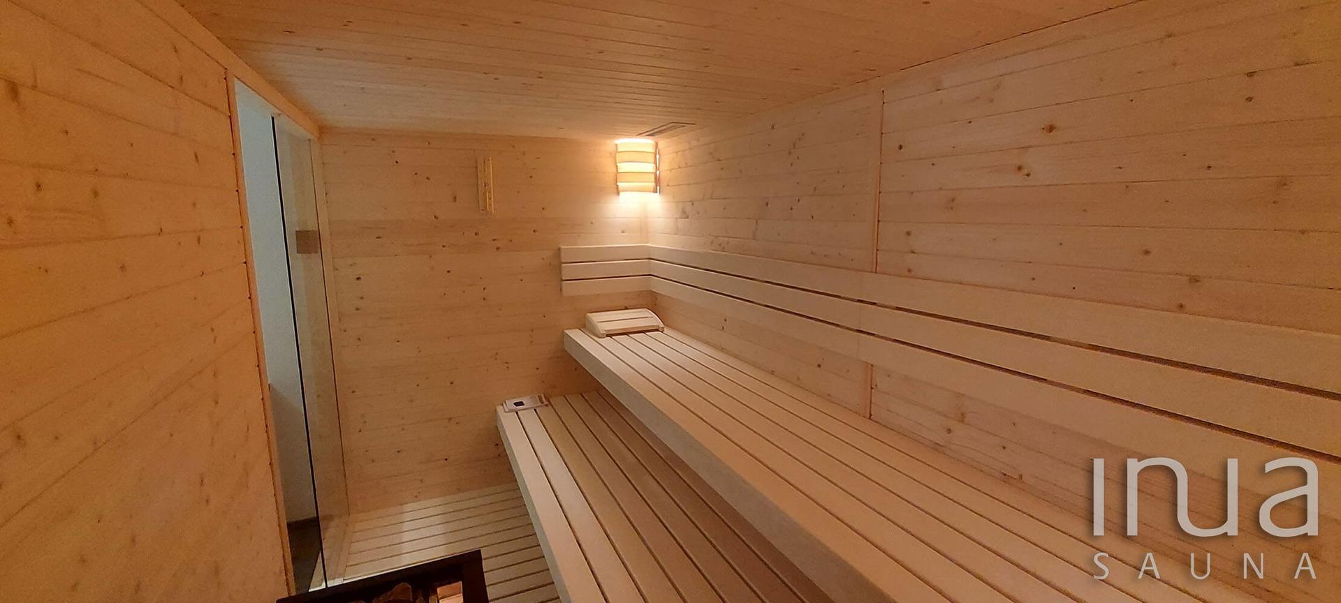 A szauna belső burkolata lucfenyő lambéria, a padok pedig finn rezgőnyárfából készültek.
