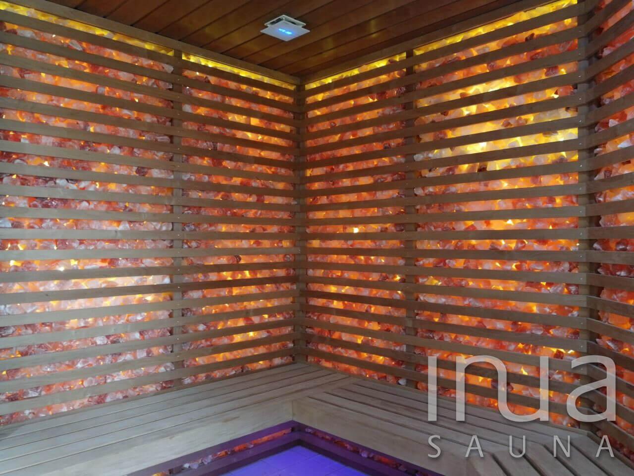A kabinhoz himalájai tört só sziklát használtunk fel, melyet meleg fehér LED fényszalaggal világítottunk meg.