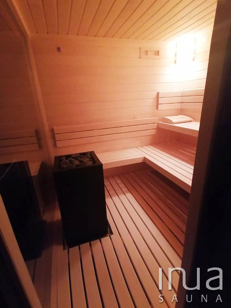 A belső burkolat finn rezgőnyárfából készült, ugyanebből az alapanyagból lettek kivitelezve a padok, háttámlák és a lábrács is.