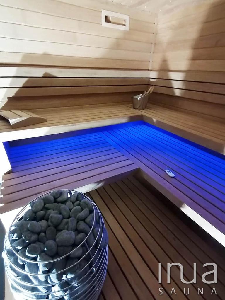 A kabint egy Huum Hive szaunakályha fűti fel a megfelelő hőfokra.