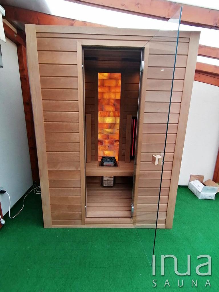 Ez a kültéri kombinált szauna kabin egy fedett teraszon kapott helyet.