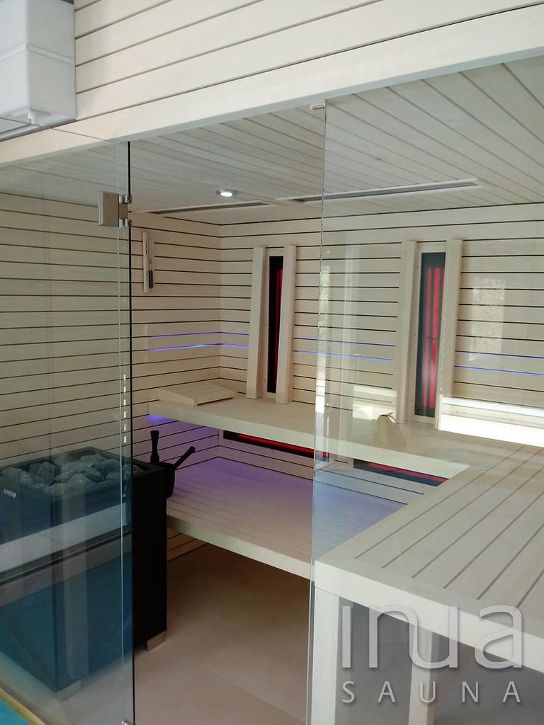 A szauna belső és külső burkolata rezgő nyárfából készült Inua panelrendszer.