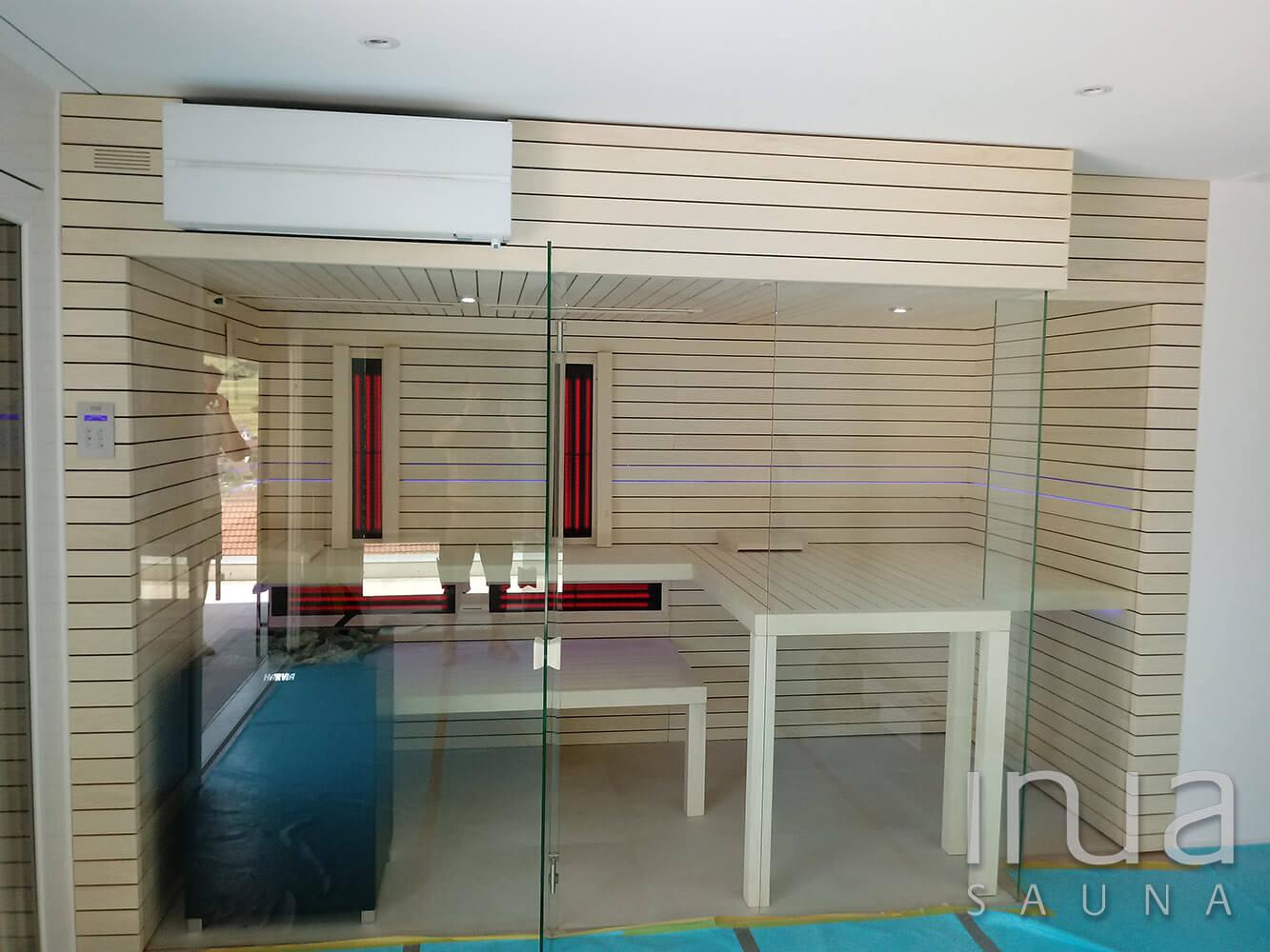 A szauna frontját egy víztiszta elemekből álló panoráma üvegfront alkotja, küszöb nélküli kivitelben.
