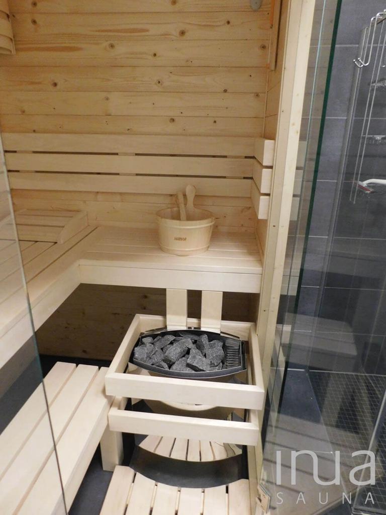 Beltéri finn szauna edzett víztiszta üvegfronttal. | Inua Szauna Kft.