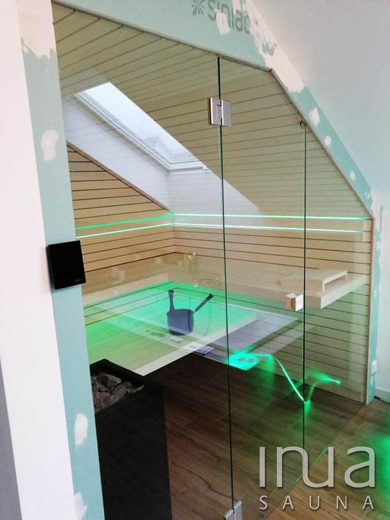 Tetőtéri kialakítású finn szauna Inua panelrendszer burkolattal, edzett víztiszta üveggel.
