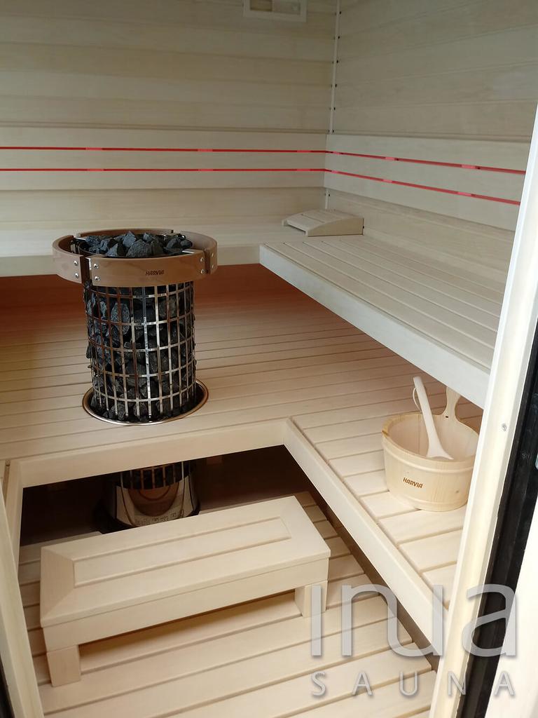 A megfelelő hőfok elérésében egy Harvia Cilindro toronykályha gondoskodik.