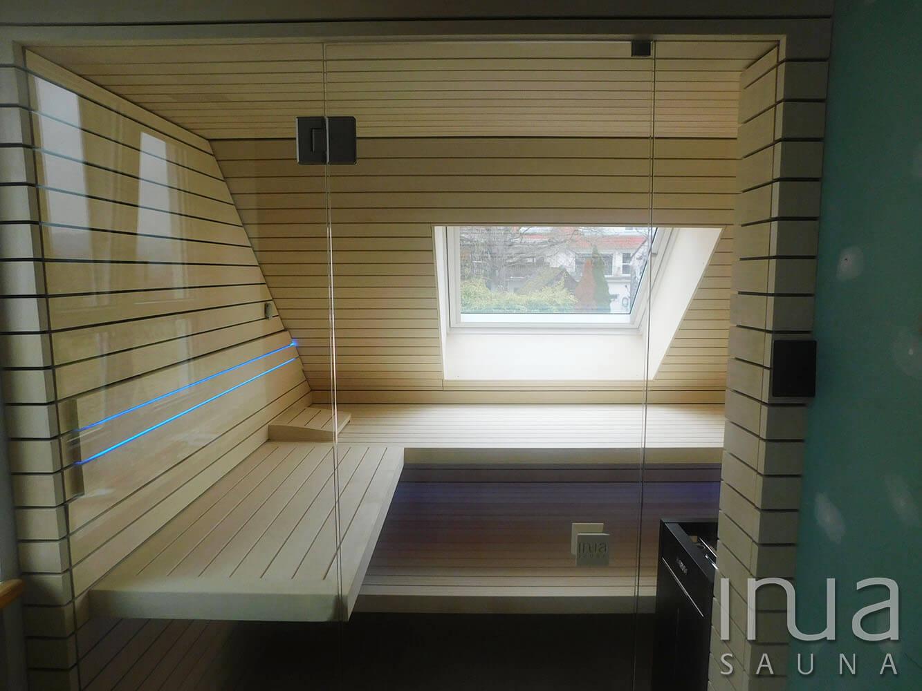 A kabin egyediségét növeli a már meglévő tetőablak kabinba való integrálása, mely azonos burkolatot kapott, mint maga a szauna beltere.