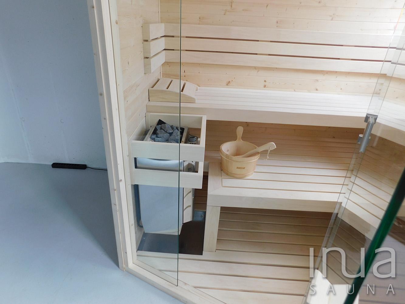 Individuális beltéri finn szauna. A kabin külső és belső burkolata egyaránt fózolt fenyő lambéria.