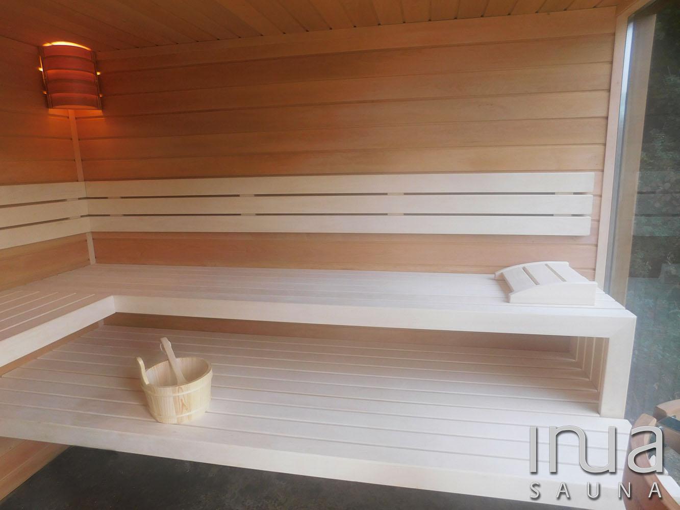 A szauna belső burkolata Thermowood éger lambériából készült.