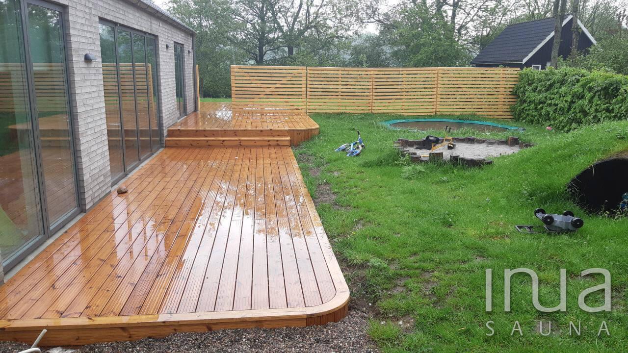 Közel 110 m2-es teraszt készítettünk egy dániai családi ház udvarán.