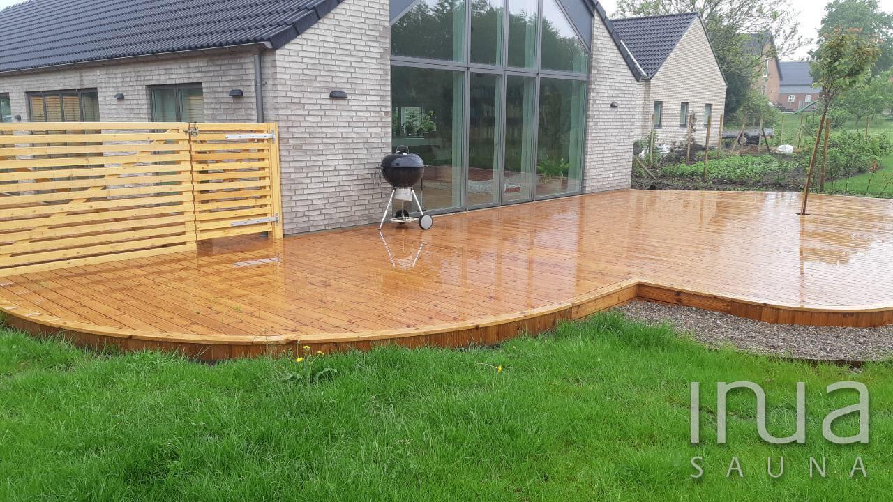 A terasz kialakítása igazodik a meglévő kertrendezési tervekhez.