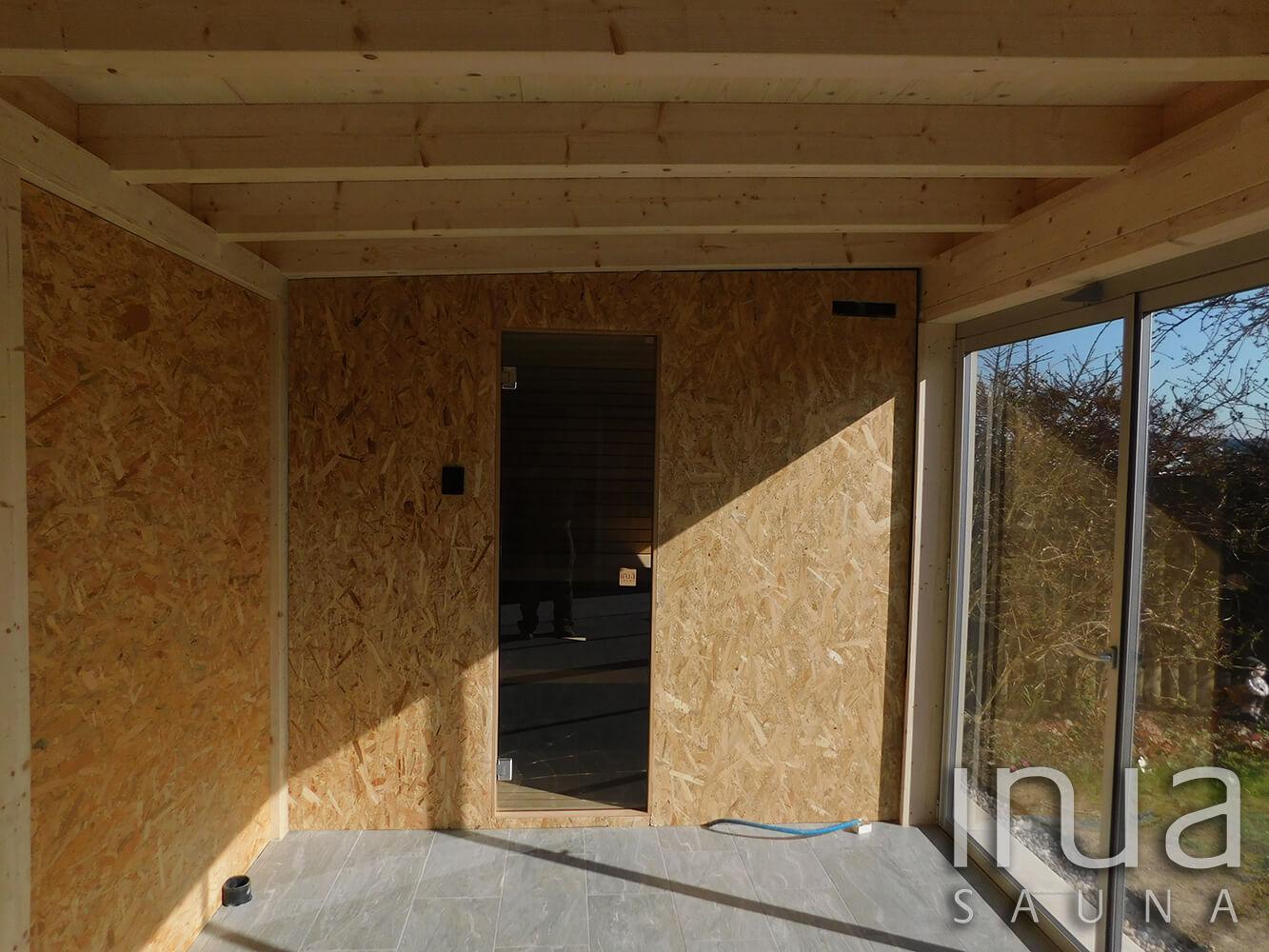 A kabin külső borítása OSB lap, tekintettel a későbbi burkolásra, melyet helyi burkoló szakemberek végeznek.