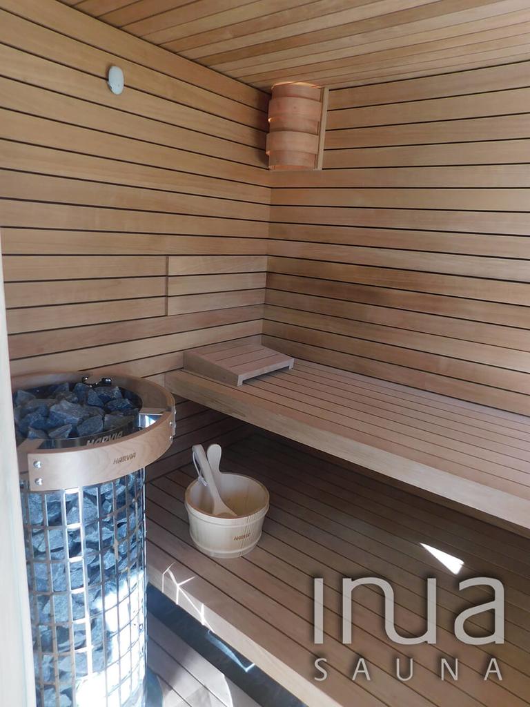 A szauna belső borítása thermowood éger faanyag, Inua panelrendszer kivitelben.