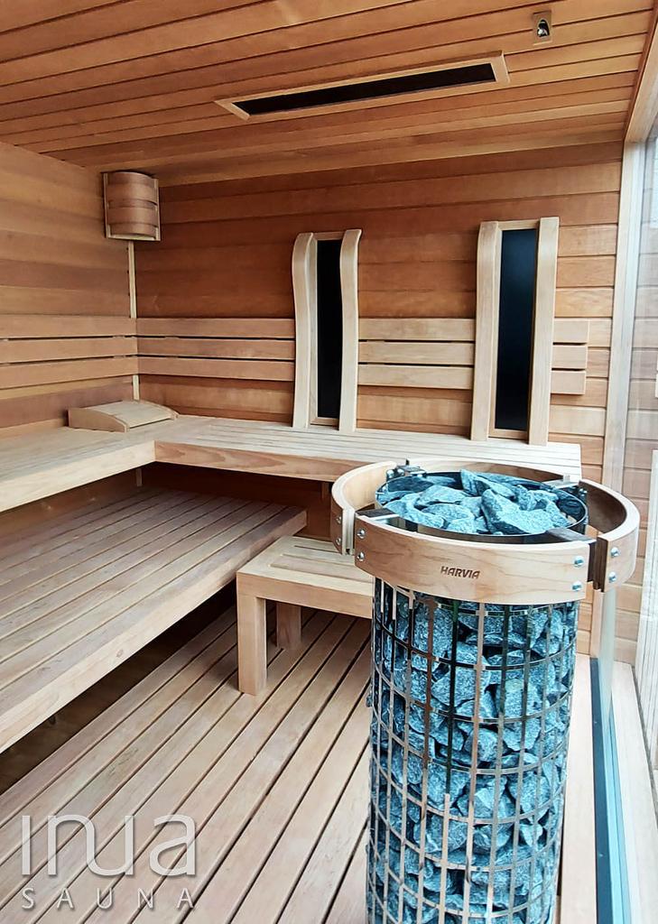 Egy kültéri kombinált szauna kabin került telepítésre, amely belsejét Thermowood nyárfa faanyagból készítettük, padok és háttámlák ugyanebből az anyagból, míg a padló Thermowood lucfenyőből készültek,