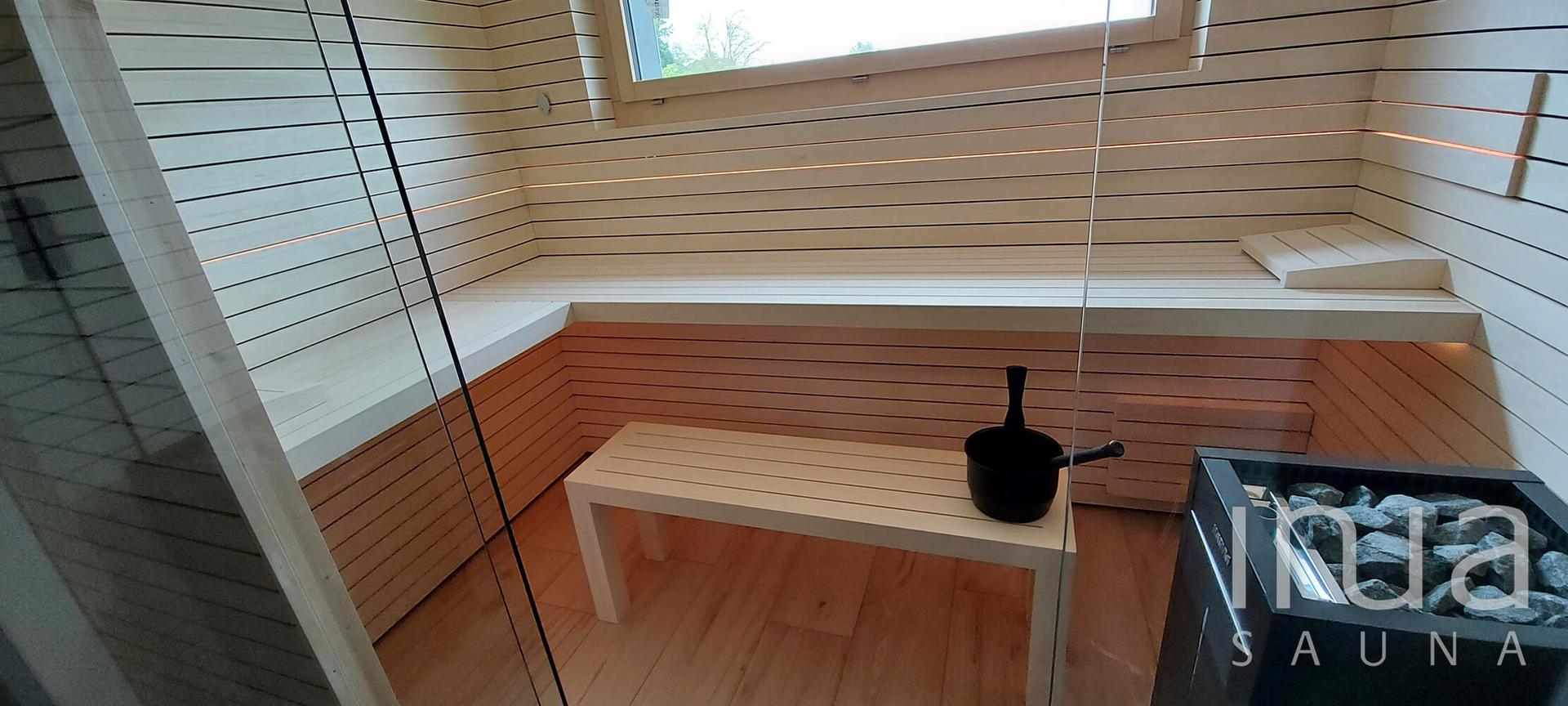 Küszöb nélküli kivitelben gyártott egyedi beltéri finn szauna Harvia Virta szaunakályhával.